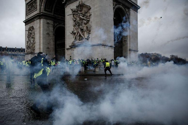 法国沦陷!欧洲多国暴乱!巴黎成炼狱!Dior LV奢侈品店被疯狂打砸!7万人上街